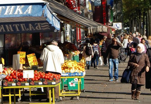 Multikulturelles Miteinander prägt auch heute vielerorts das Stadtbild Hamburgs, wie hier in St. Georg. (Foto: Bernhard von Nethen)